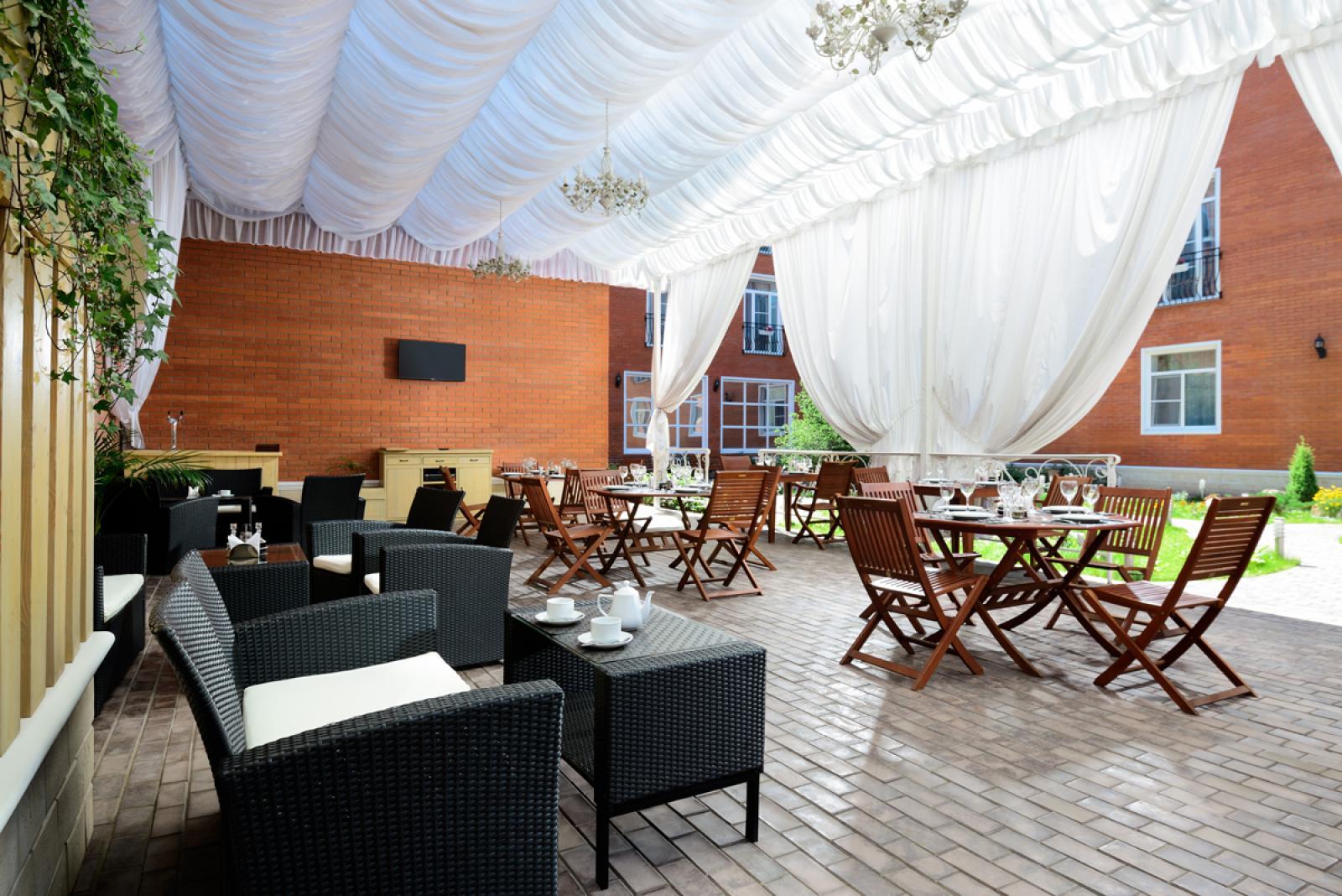 """Бизнес-отель """"Империал"""": Open-air cafe"""